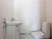WC 2, pesuhuoneen käytävällä.