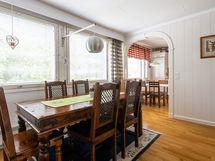 Ison olohuoneen puolella myös ruokapöytä