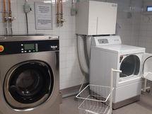 Pesula on uusittu linjasaneerauksen yhteydessä: sieltä löytyy pesukone sekä kuivausrumpu.