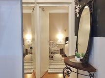 Näkymä eteisestä makuuhuoneen suuntaan. Eteisestä löytyy kaapisto.