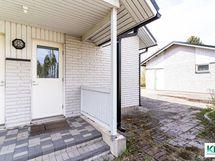 Talon sivulla ovet teknisen tilaan ja kodinhoitohuoneeseen