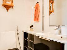 Erillisessä wc:ssä on hyvänkokoinen allaskaluste.