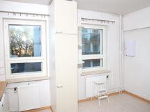 keittiössä kaksi ikkunaa, näkymä sisänpihan puolel