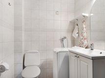 Kylpyhuonetta ja pesukoneen paikka