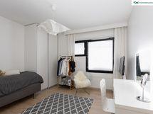 Kahdessa makuuhuoneessa on kaksiosaiset liukuovikomerot säilytystä varten. Tilaa on myös säilyttää lempivaatteesi ajan hengen mukaan näkyvillä.