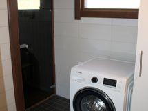 Kylpyhuoneessa on myös kodinhoitohuonepiste.