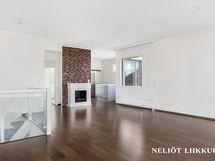 Olohuoneesta näkymää keittiön ja makuuhuoneen suuntaan. Kuvassa myös koristetakka.