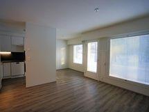 Olohuoneesta ja keittiöstä ikkunat etelään päin