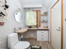 Yläkerran erillinen wc, jonka yhteydessä varastotilaa.