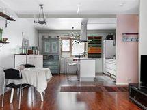 Olohuoneesta näkymät keittiön suuntaan