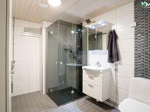 uusittu kylpyhuone jossa kodinhoitotila