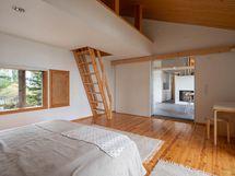 Makuuhuoneen yläpuolella tilava parvi