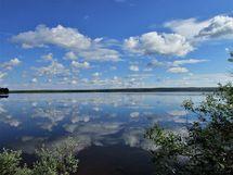 Kuva 1 purettavan mökin rannasta järvelle