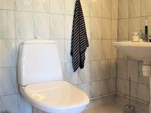 Toisen makuuhuoneen yhteydessä wc