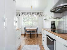 Tilava keittiö sekä ruokailutila.