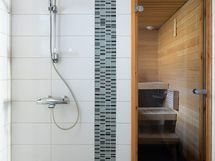 Alakerran kylpyhuonetilat.