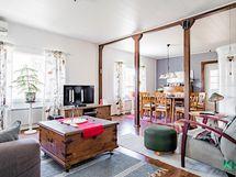 Valoisuus ja avoin tilan käyttö ovat talon tyypilliset ominaisuudet.