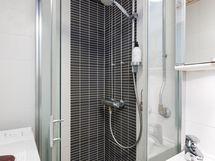 Kätevä suihkukaappi suojaa roiskeilta.