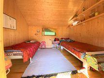 Vanhan aitan sisällä nukkumapaikkoja