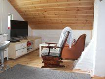Makuuhuoneessa on tilaa myös TV:lle ja sohvalle.