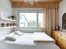 Makuuhuone, josta ikkuna takapihalle