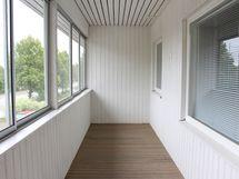 Asunnon lasitettu parveke on kuin kesähuone siisteine pintoineen.