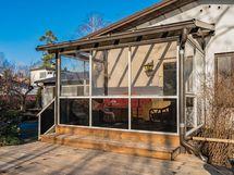Toinen lasitettu veranta, kulku ruokailutilasta ja näkymät terassille/ pihalle länteen