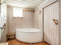 Vanhan puolen saunatiloissa on suihku ja amme, sekä WC -istuin.
