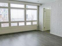 Isot ikkunat antavat valoa tilavaan olohuoneneesee