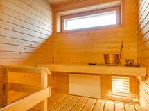 Valoisa ikkunallinen sauna.