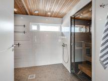 Yläkerran saunallinen kylpyhuone.