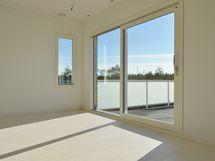 Yksityinen kattoterassi on osa toisen kerroksen oleskelutiloja,