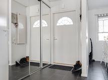 Eteisessä ja keittiössä on kivilaattalattia/ I hallen och i köket finns det stengolv.
