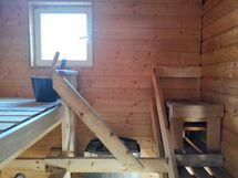Sauna lämpiää sähköllä ja seinällä on avattava ikkuna.