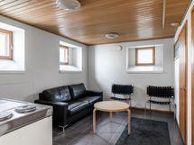 Taloyhtiön saunatilan pukuhuone/minikeittiö