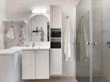 Kylpyhuonetta ja allaskaappi sekä suihkun paikka