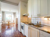Näkymä keittiön suunnasta ruokailutilaan