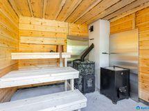 Puulämmitteinen sauna vesipatoineen