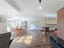 Talon lattiamateriaalina toimii pääosin hiljainen ja lämpöä eristävä korkkilattia