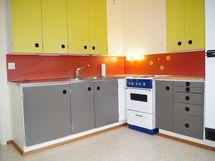 retrohenkinen tilava keittiö