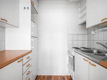 Keittokomerossa on kaikki tarvittava. Liitäntä astianpesukoneelle ( ei konetta )