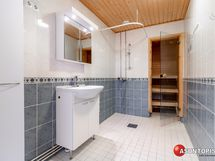 Kaakeloitu kylpyhuone, lattialämmitys, paikka ja liitännät pesukoneelle