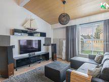 Asunnossa on läpi linjan raikkaan harmooninen sävymaailma. Näkymä olohuoneeseen.