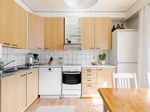 Keittiössä myös erikseen iso jääkaappi sekä iso pakastin