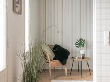 Kevyellä väliseinällä erotettu pikkuhuone
