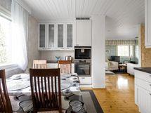 Keittiön ja olohuoneen näkymä