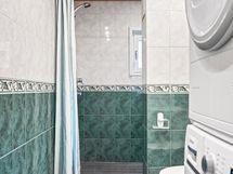 Kylpyhuone, josta käynti saunaan