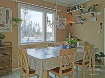 Keittiössä hyvä tila ruokapöydälle