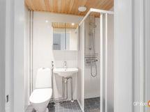 Kylpyhuone uusittu LVIS-saneerauksen yhteydessä.