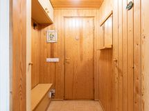 Pukuhuone, käynti erilliseen wc:n ja pesutiloihin